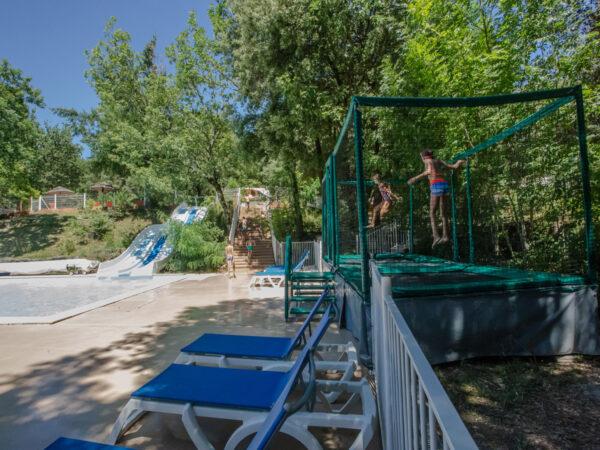 Zwembad van de camping met waterglijbaan