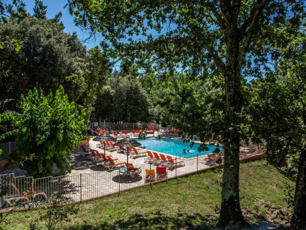 Zwembad van de camping met kinderbad